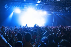 Siluette della folla al concerto di musica Fotografie Stock Libere da Diritti