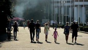 Siluette della gente che cammina nel parco Festival dell'alimento della via al centro espositivo archivi video