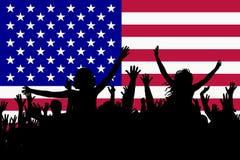Siluette della gente che celebrano festa nazionale di U.S.A. royalty illustrazione gratis