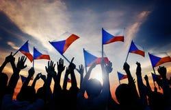 Siluette della gente che tiene bandiera della repubblica Ceca Fotografia Stock Libera da Diritti