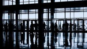 Siluette della gente in corridoio moderno video d archivio