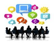 Siluette della gente di affari che discute media sociali Fotografie Stock Libere da Diritti