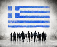 Siluette della gente di affari che esamina la bandiera greca Fotografia Stock