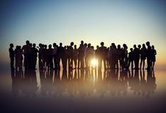 Siluette della gente di affari che si riunisce all'aperto Immagini Stock Libere da Diritti