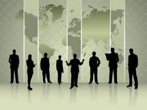 Siluette della gente di affari con il concetto di conferenza della mappa di mondo illustrazione di stock