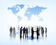 Siluette della gente di affari sul puzzle e sul mondo qui sopra immagini stock libere da diritti