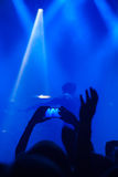 Siluette della gente e dei musicisti nella grande fase di concerto Fotografia Stock