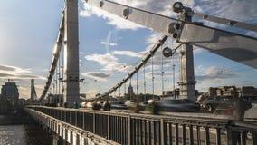 Siluette della gente e delle automobili sul ponte d'acciaio Fotografia Stock