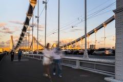 Siluette della gente e delle automobili sul ponte d'acciaio Fotografie Stock Libere da Diritti