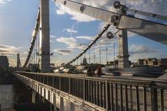 Siluette della gente e delle automobili sul ponte d'acciaio Fotografia Stock Libera da Diritti