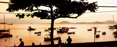 Siluette della gente e delle barche in Rio de Janeiro Immagine Stock