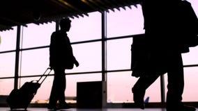 Siluette della gente occupata in corridoio principale dell'aeroporto, problemi di immigrazione clandestina stock footage