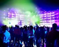 Siluette della gente in sala da concerto Fotografia Stock Libera da Diritti