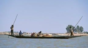 Siluette della gente sul fiume Niger Fotografia Stock