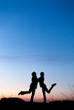 Siluette della madre e della figlia al bello tramonto dusk fotografia stock