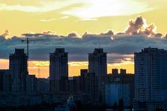 Siluette delle Camere contro le nuvole luminose del cielo al tramonto Immagine Stock