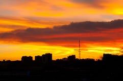 Siluette delle costruzioni della città contro lo sfondo di un tramonto & di un x28 luminosi insoliti; la città di Chelyabinsk& x2 Immagini Stock