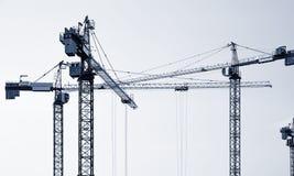 Siluette delle gru di costruzione Immagini Stock