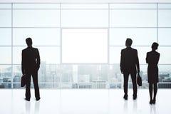 Siluette delle persone di affari e manifesto in bianco Fotografia Stock Libera da Diritti