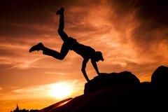 Siluette di salto Immagini Stock