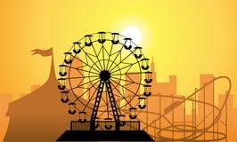 Siluette di una città e di un parco di divertimenti Immagine Stock