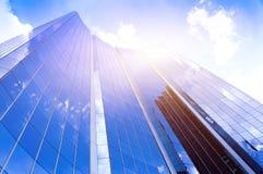 Siluette di vetro moderne dei grattacieli nella città e nella luce solare drammatica Fotografia Stock Libera da Diritti