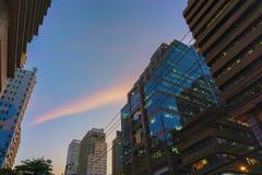 Siluette di vetro moderne di costruzione dei grattacieli Immagini Stock Libere da Diritti