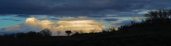 Siluette e nuvole fotografia stock