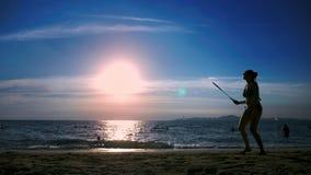 siluette la gente gioca il volano sulla spiaggia al tramonto video d archivio