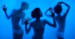 Siluette muoventesi e ballanti delle donne Fotografie Stock Libere da Diritti