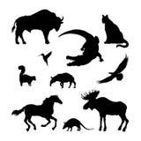 Siluette nere dell'animale nordamericano Immagine isolata degli alci, bisonte, coccodrillo su fondo bianco wildlife illustrazione vettoriale