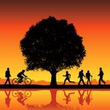 Siluette sotto un albero Fotografia Stock Libera da Diritti