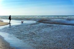 siluette sulla spiaggia Fotografia Stock Libera da Diritti