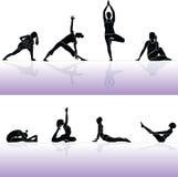 Siluettemensen en geschiktheid van de yoga Stock Foto
