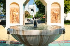 Silva Family Fountain och Cesar Chavez Monument royaltyfri foto