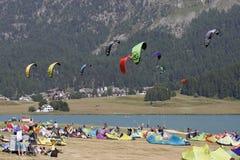 Silvaplana, die Schweiz - große Zahl von Nachfolgern des Surfens Lizenzfreie Stockfotos