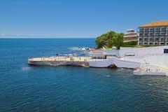 Silveira海滩和旅馆做Caracol, Angra, Terceira,亚速尔群岛 免版税库存图片