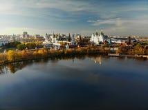 Silver-druva damm och Izmailovo Kreml i Moskva, Ryssland arkivfoto