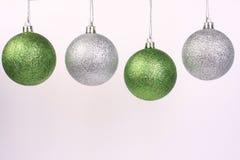silver för 2 grön prydnadar Arkivbilder