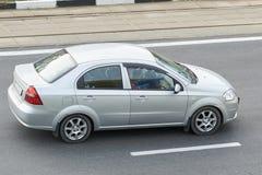 Silver för passagerarebil i staden royaltyfria foton