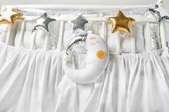 Silver, formade kuddar för guld och för vit stjärnan och att sova månekudden på ett vitt behandla som ett barn kåtan Arkivbilder