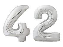 Silver nummer 42 fyrtiotvå gjorde av den isolerade uppblåsbara ballongen på vit Arkivfoton