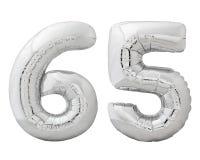 Silver nummer 65 sextiofem gjorde av den isolerade uppblåsbara ballongen på vit Arkivfoto