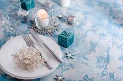 Silver- och krämjul bordlägger inställningen med garneringar royaltyfria foton