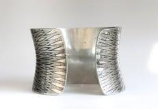 Silverarmbandbaksida från den tillbaka sidan Royaltyfri Bild