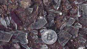 Silverbitcoinnedgångar på brutet exponeringsglas arkivfilmer