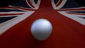 Silverboll på en Union Jack flagga framförande 3d Royaltyfri Bild
