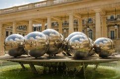Silverbollar i springbrunnen som planläggs av Pol Bury, reflekterar borggården av Palais Royal Royaltyfri Fotografi