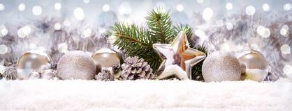 Silverbollar och julgarnering på snö Royaltyfria Bilder