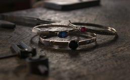 Silverbracellets med colourfullstenar Arkivfoto